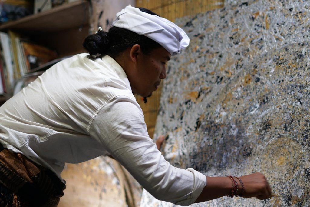 L'Artiste I Ketut Ada dans son atelier de création